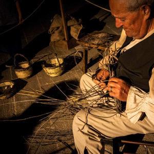 Artigiano usa giunti per fare fondi sedie Alberobello